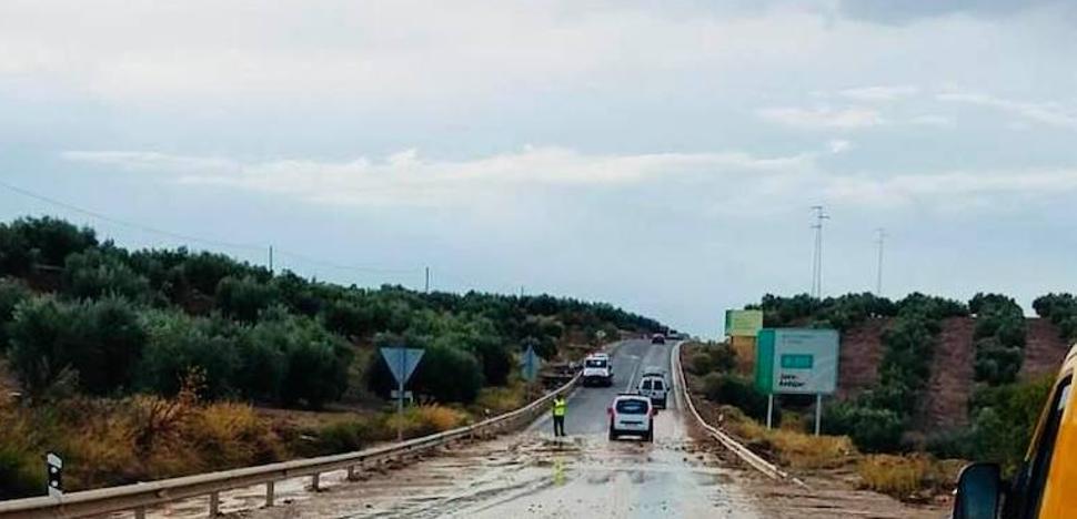 Rescatan en Jaén a dos personas atrapadas en su coche por la tormenta