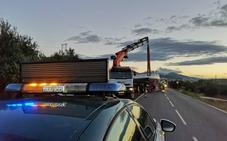 El vuelco de un camión cisterna cargado de leche corta 45 minutos la carretera de Alomartes