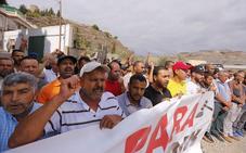 Familiares y miembros de la comunidad islámica de La Rábita se concentran contra la expulsión del imán