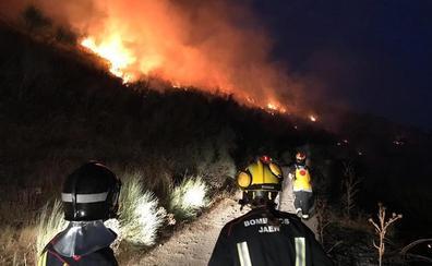 Bomberos e Infoca intervienen en Jimena para sofocar un incendio agrícola