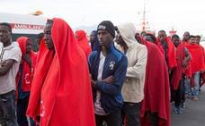 Llegan en buen estado a Motril las 66 personas rescatadas de dos pateras en el mar de Alborán