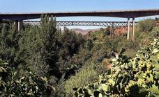 El puente de lata, un icono metálico en medio de la naturaleza