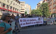 Medio centenar de personas realizan una simbólica protesta contra el CIE en Motril
