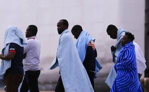 El ferry de Melilla rescata a 50 inmigrantes que llegan al puerto de Motril