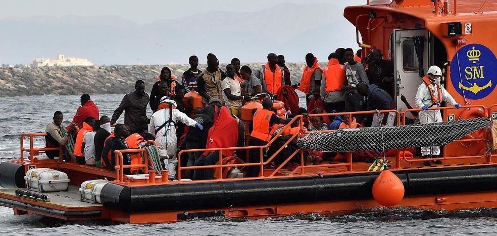 El centro de migrantes del puerto se «desborda» tras recibir a más de 400 personas en tres días