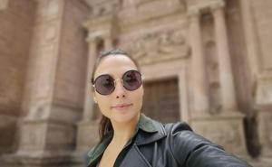 Gal Gadot sonríe ante las puertas de la Catedral de Almería