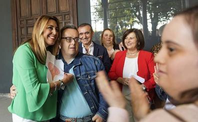La asociación 'Abriendo Caminos' de Mengíbar visita San Telmo guiada por Susana Díaz