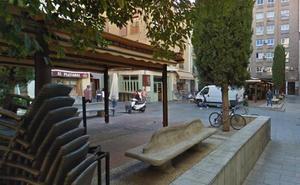 Dos vecinos retienen a un hombre que arrastraba a su pareja por el pelo en pleno centro de Granada