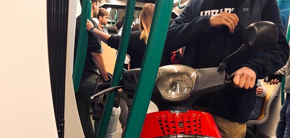 Un joven recorrió diez paradas del metro con su moto dentro del vagón