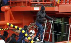 Trasladan al puerto de Almería a 13 migrantes rescatados de una patera en el Mar de Alborán