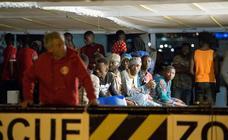 El barco de Open Arms realiza su primer rescate en aguas andaluzas