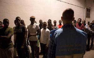 Rescatan a tres cadáveres y buscan a 18 desaparecidos de una patera en el mar de Alborán