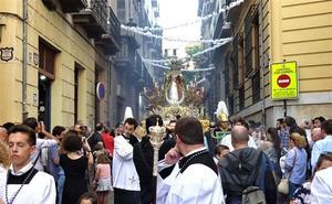 La Virgen del Rosario lleva por vez primera su «Granada de Oro» en su cita de cada doce de octubre