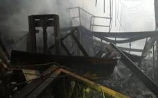 Un incendio en Asegra arrasa una nave de productos de peluquería