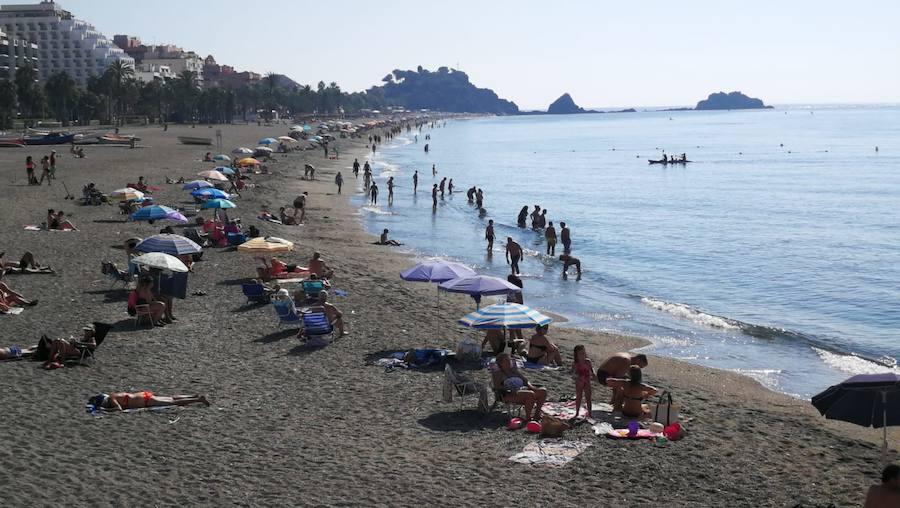 El buen tiempo llena las playas de la Costa