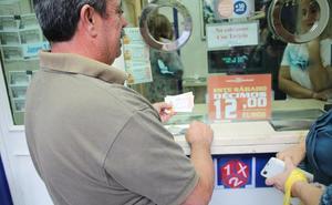 En manga corta y en busca de la lotería de Navidad