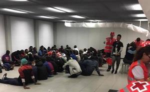 Trasladan a 180 inmigrantes a un polideportivo en Almería ante la falta de espacio en el Puerto