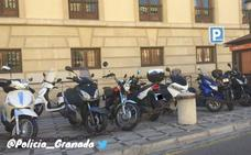 La Policía Local advierte: «En Granada está prohibido aparcar las motos de esta forma»