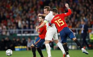 Inglaterra arrasa el experimento defensivo en 45 minutos