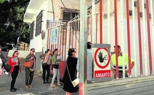 Madres de un colegio motrileño protestan por unas obras con amianto junto al centro