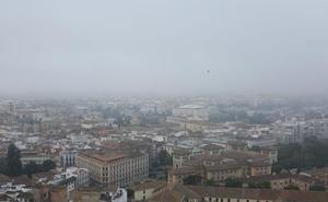 Espesa niebla para comenzar el martes en Granada