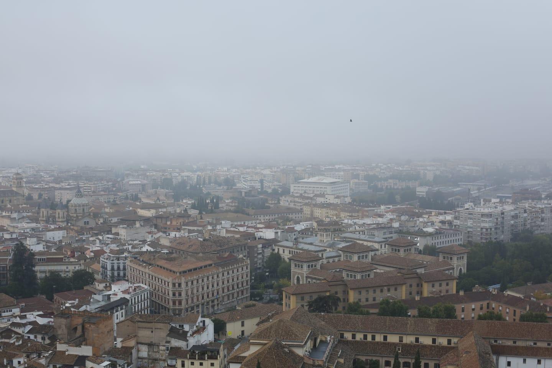 Granada amanece sumergida en la niebla