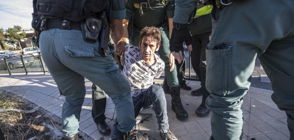 El detenido también abrió fuego contra la compañera del guardia civil muerto