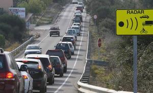 La Guardia Civil avisa de las multas por llevar estos dos aparatos 'anti-radares' en el coche