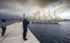 El velero de lujo que se puede ver en el puerto de Motril