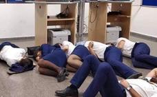 Tripulantes de Ryanair, obligados a dormir en el suelo en el aeropuerto de Málaga