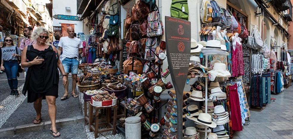 Nueva ofensiva contra las mercancías en la vía pública y fachadas de Elvira y Calderería