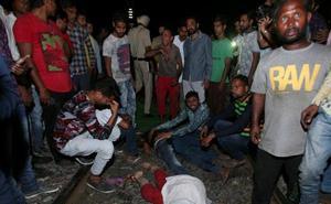 Al menos 50 personas han muerto arrolladas por un tren en la India