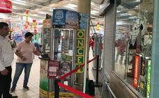 Tres encapuchados desvalijan la tienda de móviles de Alcampo en Motril tras amedrentar al vigilante