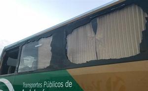 El conductor de un bus escolar en Jaén decide seguir su camino tras una salida de vía con fractura de ventanillas incluida
