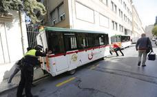 Apartan a un lateral el tren turístico averiado para poder reabrir el tráfico en la calle Rector López Argüeta