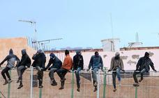 España expulsa a Marruecos a 55 de los 209 inmigrantes que saltaron la valla de Melilla