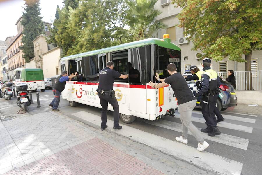 Una nueva avería del tren turístico provoca el corte de una calle en el centro de Granada