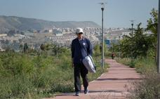 Las malas hierbas 'se comen' el parque del PTS, el más grande de Granada