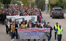 Vecinos piden con una marcha el arreglo de la carretera que une Villacarrillo y Mogón