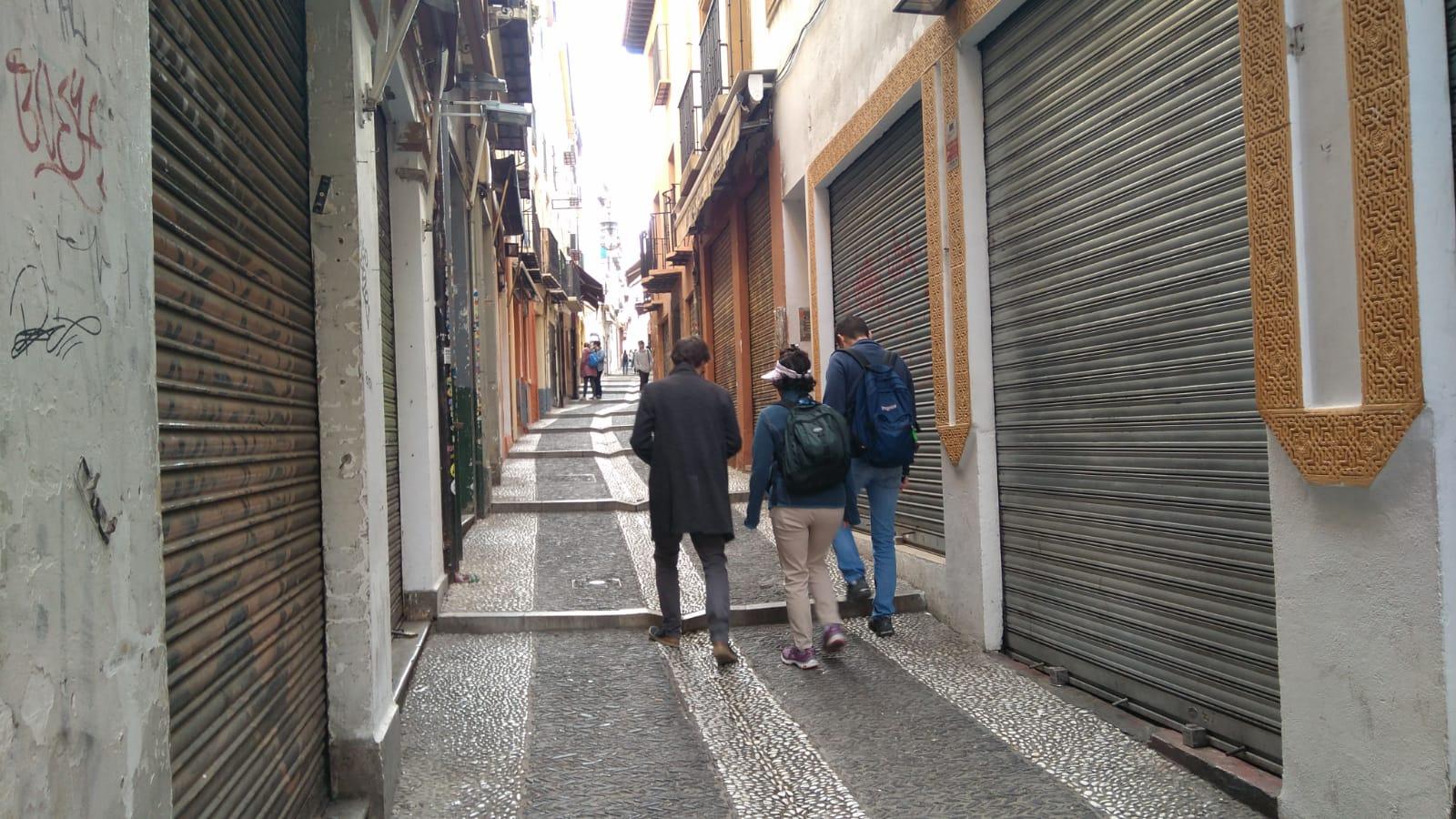 Protesta en Granada con tiendas cerradas en las calles Calderería, Elvira y Alcaicería