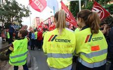 Más de 1.500 personas reclaman a Cemex que no cierre la fábrica de Gádor
