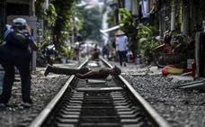 La peligrosa moda de tumbarse en las vías justo antes de que pase el tren crece en Vietnam