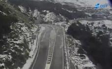 La nieve obliga al uso de cadenas en el acceso a Sierra Nevada y en el Puerto de la Ragua