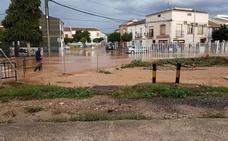 El alcalde de La Roda se encadena a un puente para pedir ayudas urgentes por las riadas