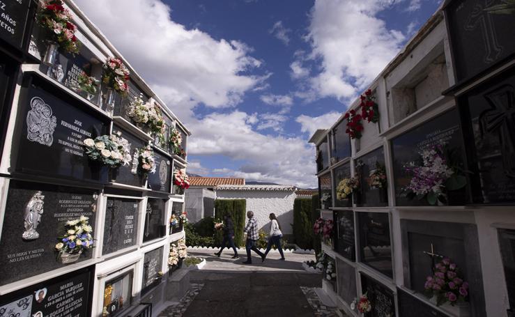 Motril prepara su cementerio para el Día de Todos los Santos