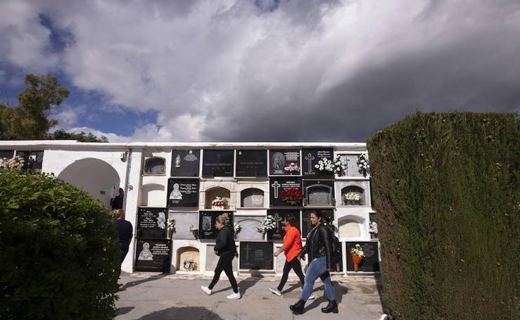 Festividad de Todos los Santos en el cementerio de Motril