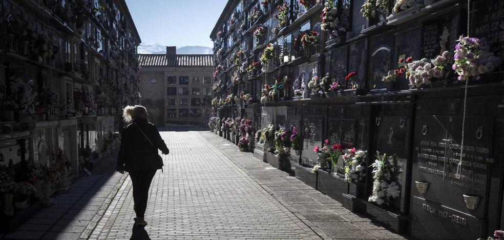 El cementerio de Granada se llena de color en el Día de Todos los Santos