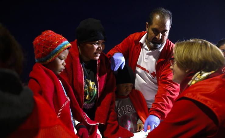 Traen a Motril a 115 inmigrantes rescatados de dos pateras
