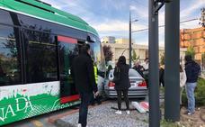 Herido el conductor de un turismo al chocar con el metro de Granada en el Zaidín
