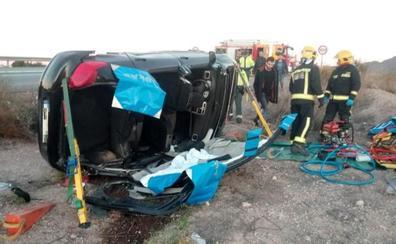 El cinturón de seguridad salva la vida a los cinco ocupantes de un coche en Huércal